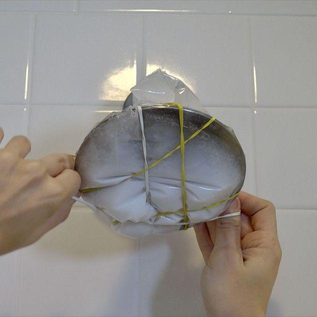 Đổ hỗn hợp vào túi bóng và chùm kín vào vòi hoa sen sao cho nước bên trong túi ngập kín vòi.